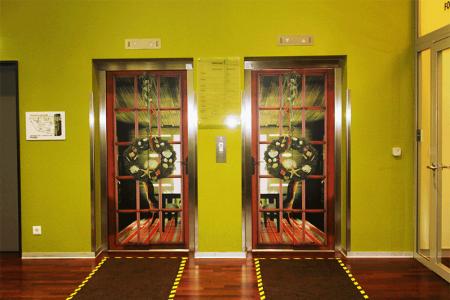Mondelez-Dekoration der Lifttueren